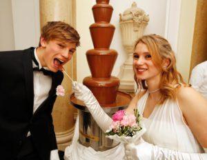 un-jeune-couple-s-amuse-d-une-fontaine-de-chocolat-a_871331